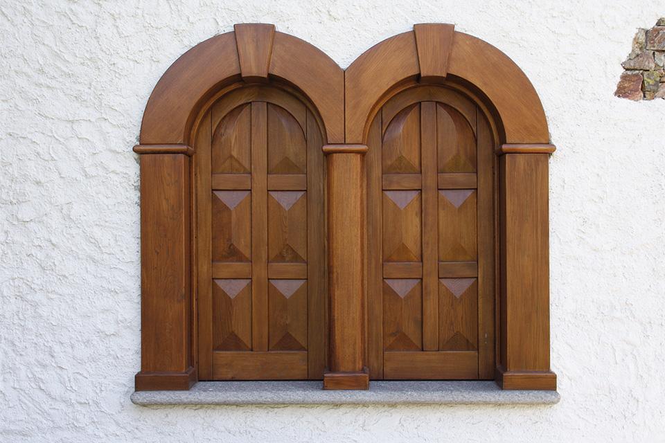 Falegnameria orobica realizzazione arredamenti for Scuri in legno costo